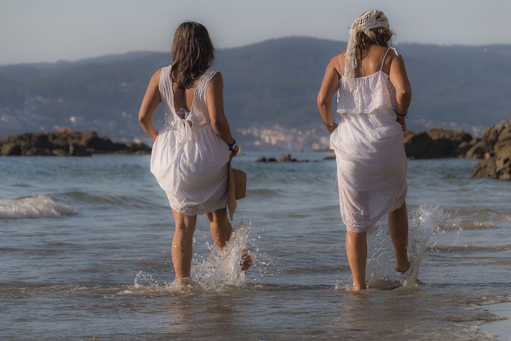 Mujeres paseando por la playa